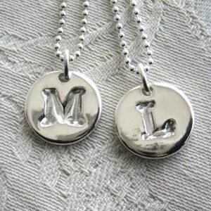 BOKSTAVSSMYCKE-blanka - silversmycke i äkta silver - handgjorda silversmycken från Brokig silversmycken