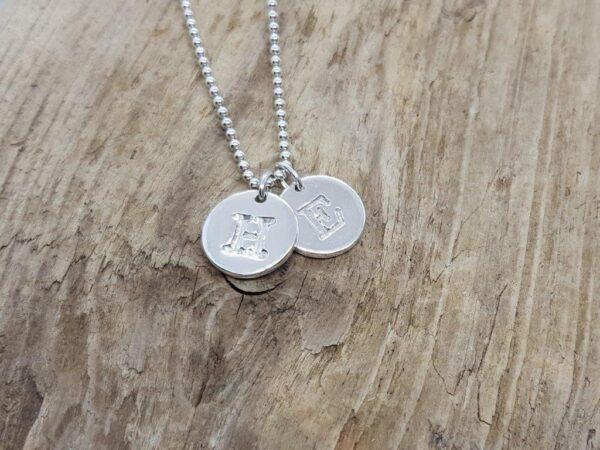 BOKSTAVSSMYCKE-blanka på grov kullänk- silversmycke i äkta silver - handgjorda silversmycken från Brokig silversmycken