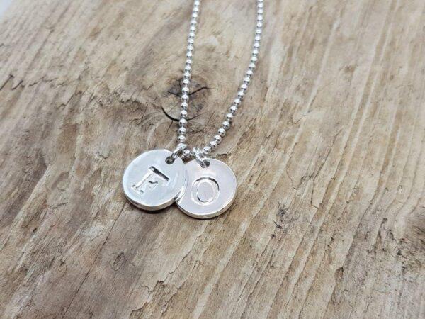 BOKSTAVSSMYCKE - blanka på grov kulkedja- silversmycke i äkta silver - handgjorda silversmycken från Brokig silversmycken