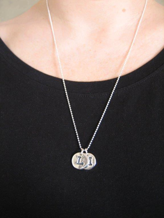 BOKSTAVSSMYCKE - oxiderade - hals - silversmycke i äkta silver - handgjorda silversmycken från Brokig silversmycken