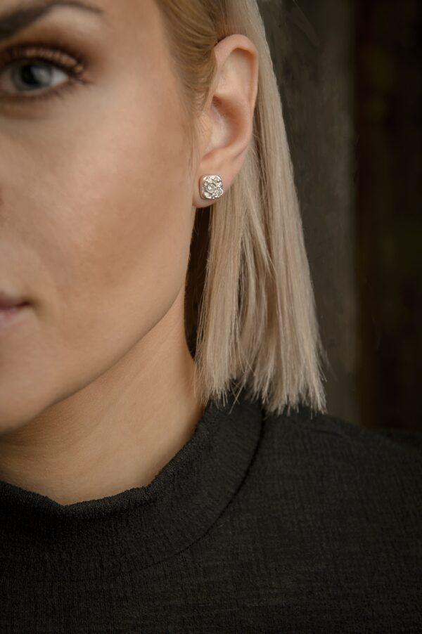 Glitter - örknoppar - örhängen silver på modell - handgjorda från Brokig silversmycken