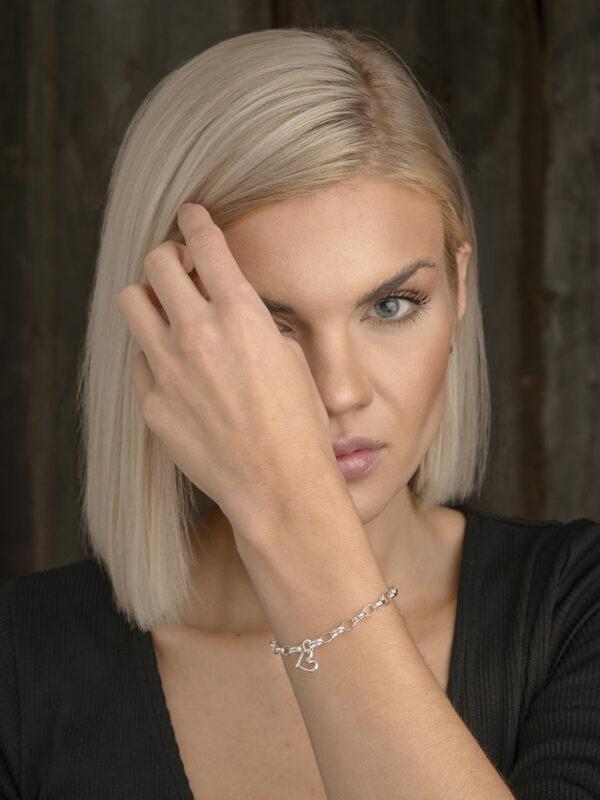 Minihjärtat som armband på arm - silversmycke i äkta silver - handgjort silversmycken från Brokig silversmycken