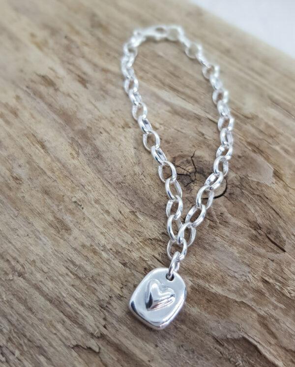 Handgjord tag med hjärta på silverarmband - silversmycke i äkta silver - handgjorda silversmycken från Brokig silversmycken
