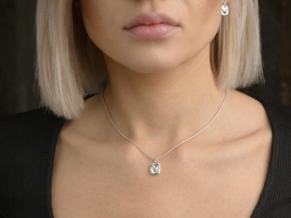 Silvertag med hjärta - silvershalsband och hängande örhänge i äkta silver - handgjorda silversmycken från Brokig silversmycken