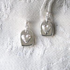 Silvertag med hjärta-hängande silverörhängen - silversmycke - äkta silver - handgjorda silversmycken från Brokig silversmycken