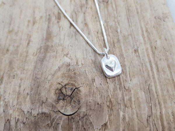 Silvertag med hjärta - silverkedja - silversmycke i äkta silver - handgjorda silversmycken från Brokig silversmycken