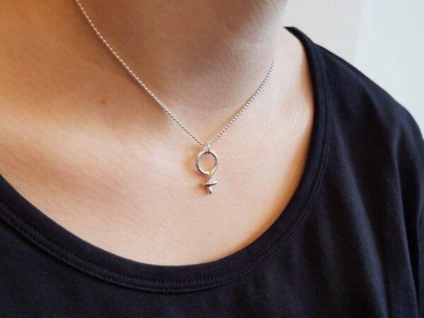 Kvinnosymbol - hals - kulkedja - silversmycke i äkta silver - från Brokig silversmycken