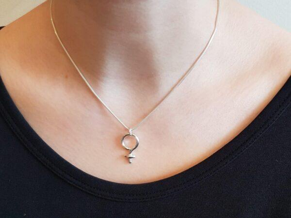 Kvinnosymbol - hals - ormlänk - silversmycke i äkta silver - från Brokig silversmycken