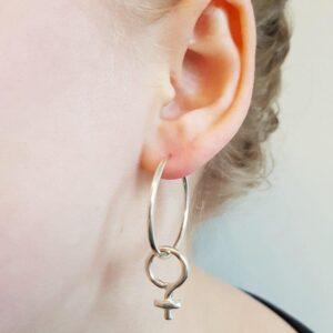 Kvinnotecken-örhangen-silverringar - silversmycke i äkta silver - från Brokig silversmycken