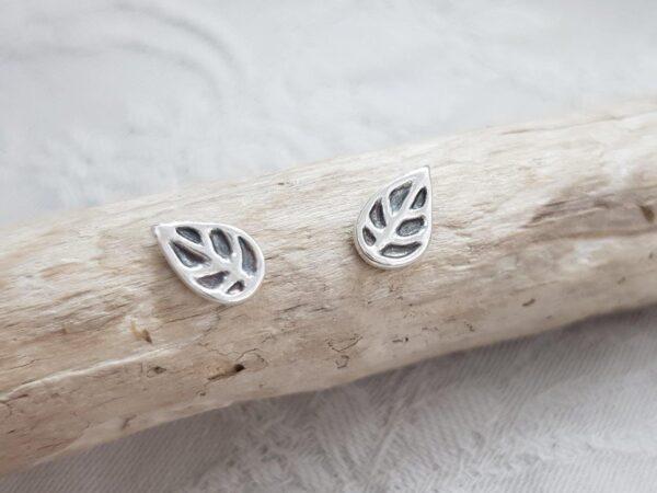 Oxiderat blad silverörhängen - ett silversmycke i äkta silver - handgjorda silversmycken från Brokig silversmycken