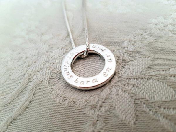 Platt ring som hängsmycke - silversmycke i äkta silver - handgjorda silversmycken från Brokig silversmycken