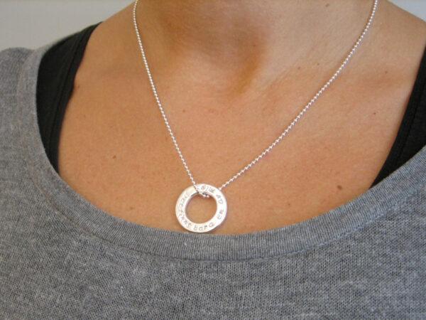 Platt ring som hängsmycke runt hals. - silversmycke i äkta silver - handgjorda silversmycken från Brokig silversmycken