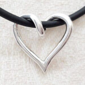 SILVERHJÄRTA-MELLAN-25mm - silversmycke i äkta silver - handgjorda silversmycken från Brokig silversmycken