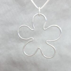 Silverblomma på enkel silverkedja - från Brokig silversmycken