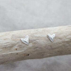 Silverhjärta - enkelt - litet - örknoppar - örhängen silver - handgjorda från Brokig silversmycken