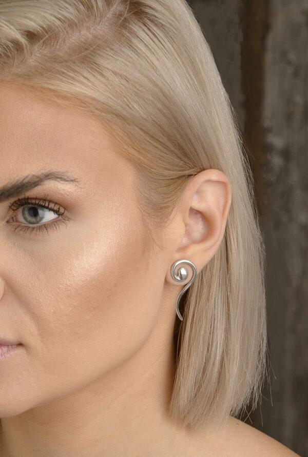 Snirkliga - örknoppar - örhängen silver på öra - från Brokig silversmycken