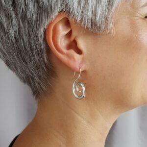 Snirkliga - örhängen silver - på modell - från Brokig silversmycken