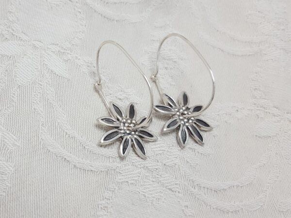 Stjärnformade - blommor - hängande silverörhängen - handgjorda från Brokig silversmycken