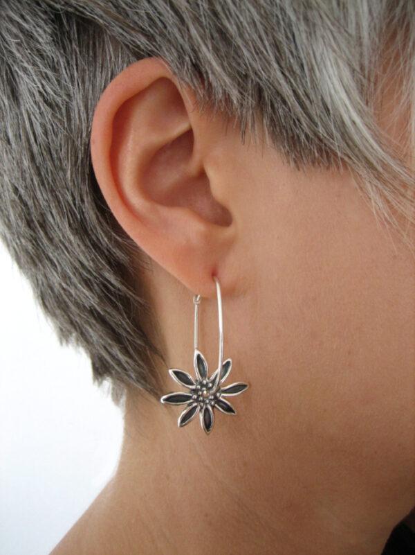 Blommor- hängande silverörhängen - silversmycke i äkta silver - handgjorda silversmycken från Brokig silversmycken