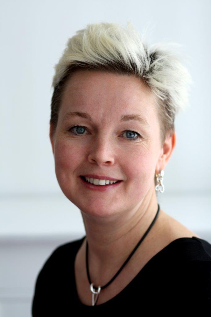 Tove Larsson ägare av Brokig silversmycken som designar och hantverksmässigt tillverkar silversmycken.