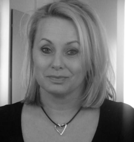 Louise Hoffsten bär ett silverhjärta från Brokig silversmycken