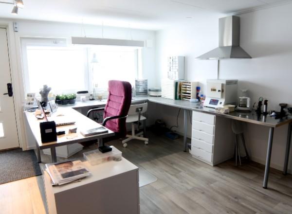 Entré och arbetsplats i Brokig silversmyckens ateljé i Segersta, Hälsingland