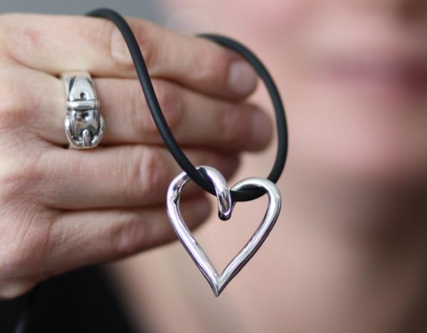 Färdigt silverhjärta - silversmycke i äkta silver - handgjorda silversmycken från Brokig silversmycken