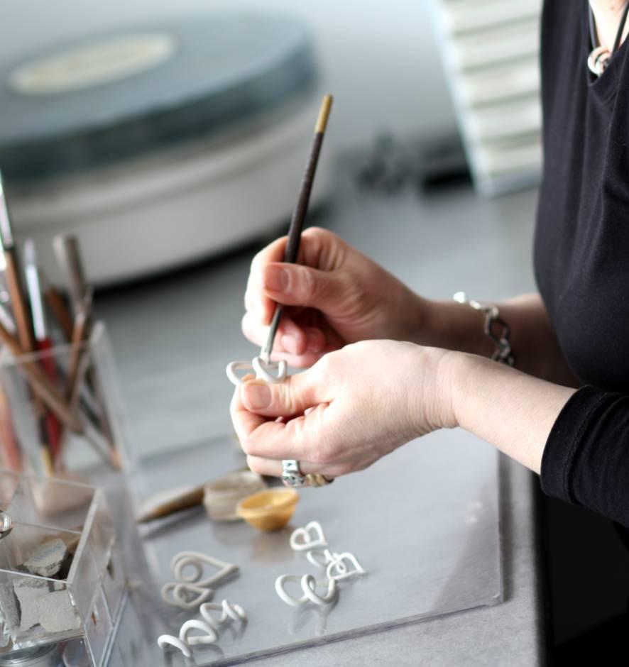 Tove Larsson arbetar med tillverkning av silversmycke