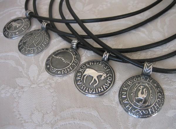 Handgjorda sockensigill som silversmycke görs i Brokigs ateljé